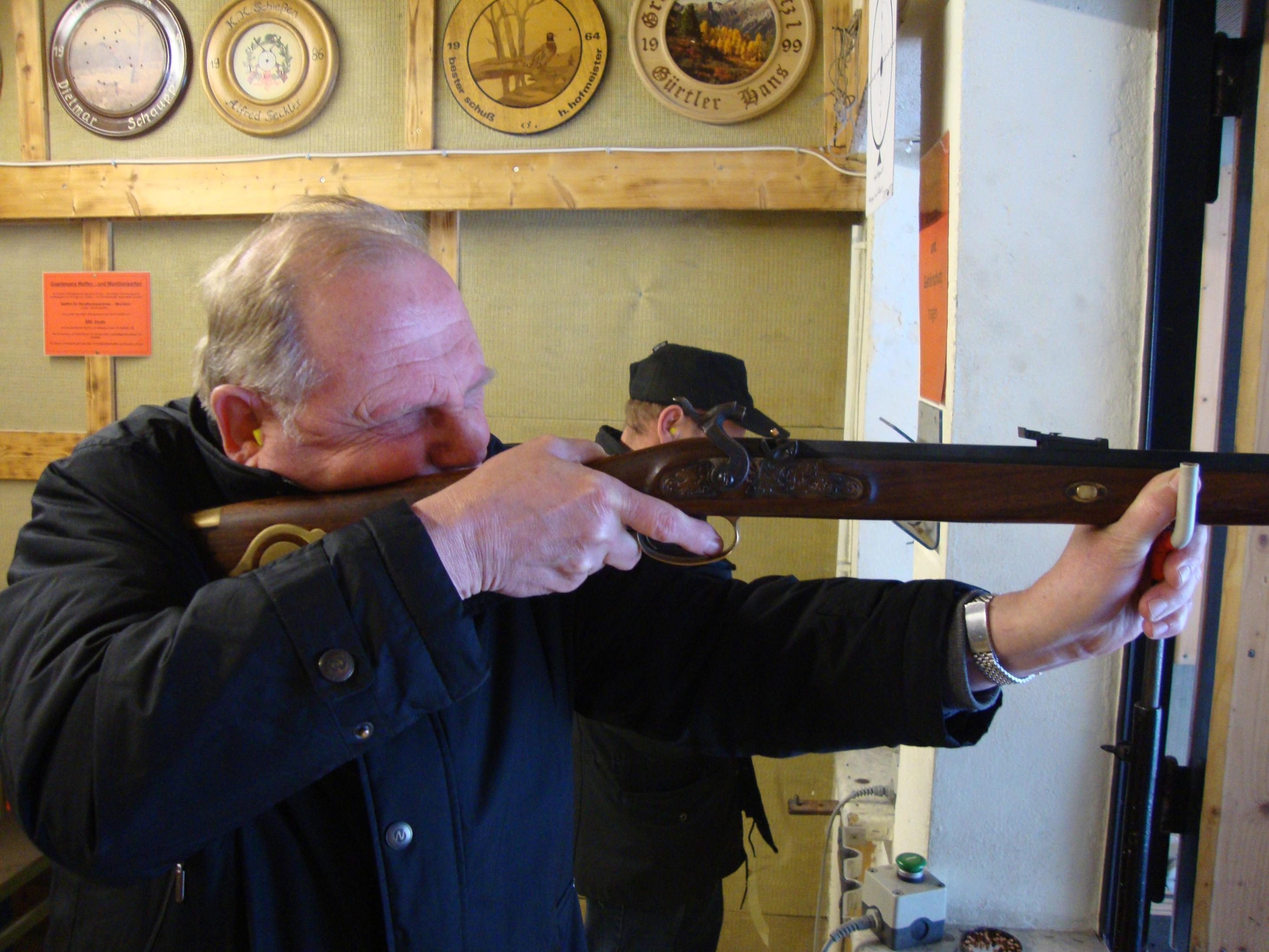 Schützenmeister Wolfgang Brenner beim Schuss auf die Festscheibe