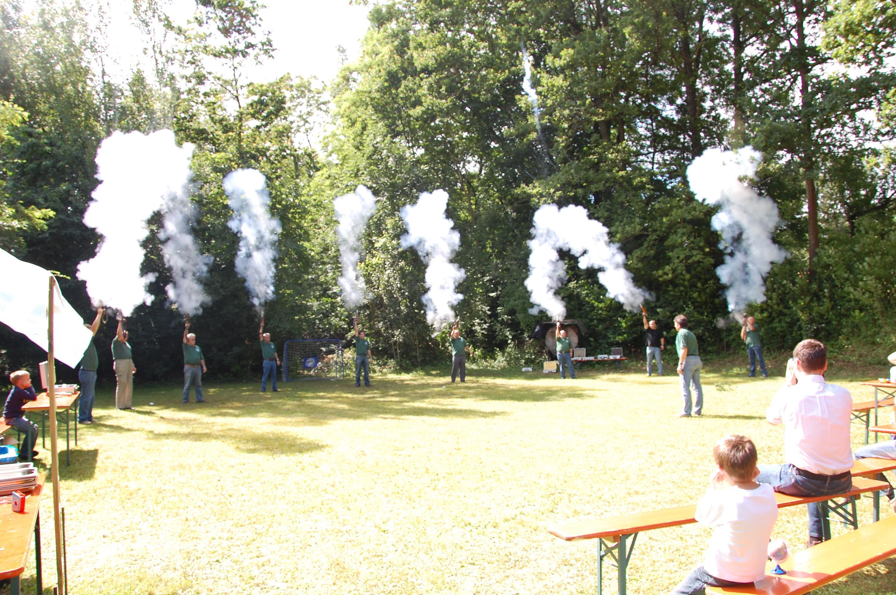 Die Böllerschützen eröffnen das Kinder- und Gartenfest